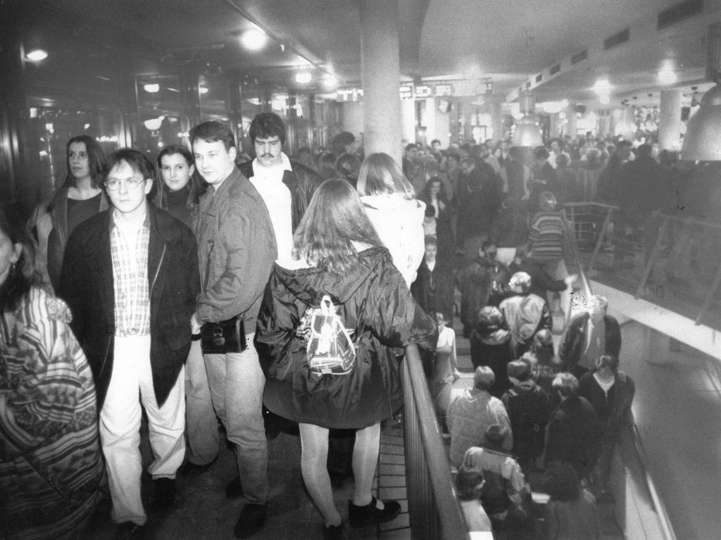 Vom Erfolg überrollt, hieß es damals in der Zeitung: Nach Ende der Hauptvorstellungen drängten sich bis zu 7.000 Menschen im Filmpalast, um das Nachtleben zu genießen.