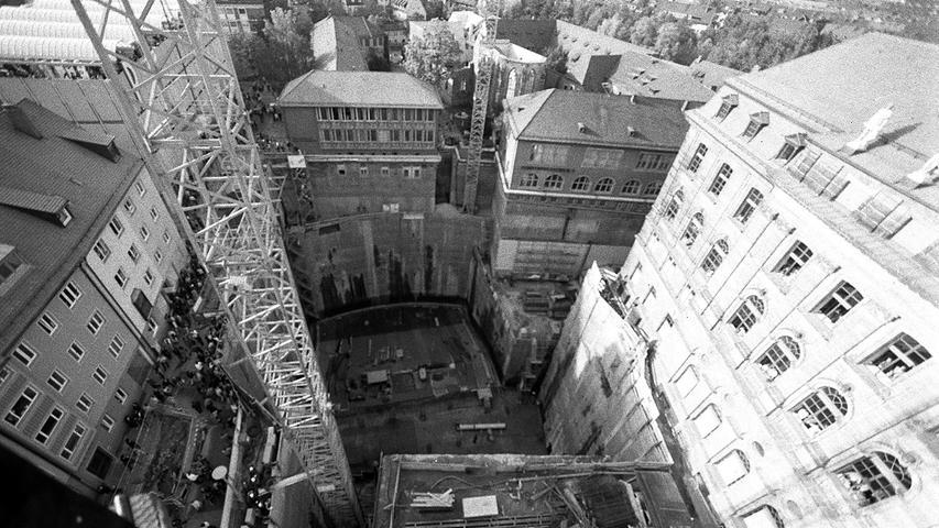 Am 22. Dezember 2001 war es dann so weit, nach zwei Jahren Bauzeit eröffnete das 60 Millionen Mark teure Projekt in 30 Metern Tiefe. Nicht nur die 600 Quadratmeter große Leinwand, sondern auch die Rundumbeschallung beeindruckten die Besucher. Das MAD-Simulationskino mit 48 Plätzen öffnete im Februar 2002.