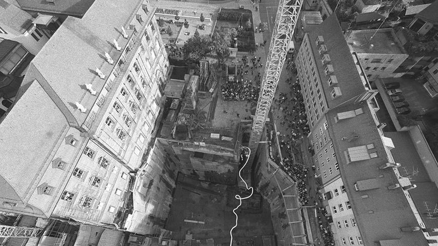Das Imax-Theater mit 500 Plätzen samt schwenkbarer Kuppel-Leinwand sowie ein Durchgang zum Cinecitta liegen komplett unter der Erde. Überirdisch wurde lediglich der gläserne Eingangsbereich gebaut, gleich mehrfach musste die Eröffnung des Imax verschoben werden.