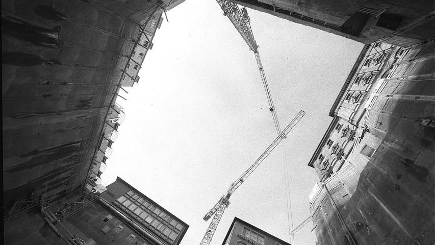 Zunächst wollte Weber am 16. Juli 2000, dem Stadtgeburtstag, das Imax-Theater eröffnen. Beim Spatenstich im Oktober 1999 wurde die Eröffnung bereits für Ende 2000 oder Anfang 2001 datiert. Die Baugrube war 35 Meter tief.