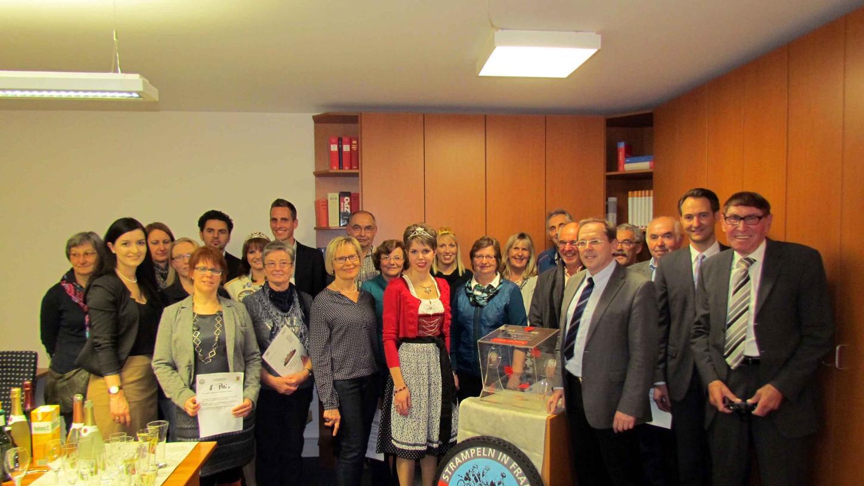 """""""Strampeln-in-Franken""""-Organisator Helmuth P. Schuh (r.) beschloss die Benefizaktion 2015 mit der Verlosung der Hauptpreise. MdL Hans Herold (5. v. r.) würdigte dabei einmal mehr sein großartiges soziales Engagement."""