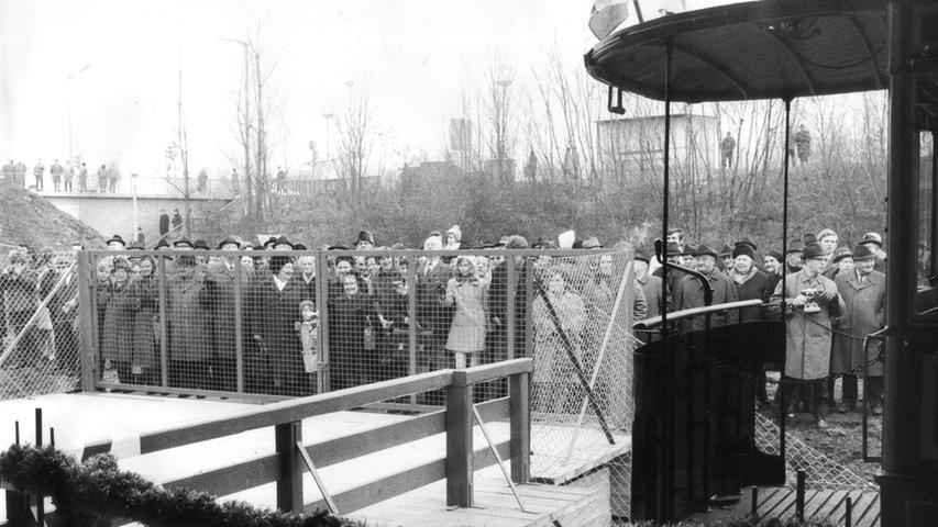 Auf dem Foto warten viele Bürger an der Bauernfeindstraße auf den ersten Zug.