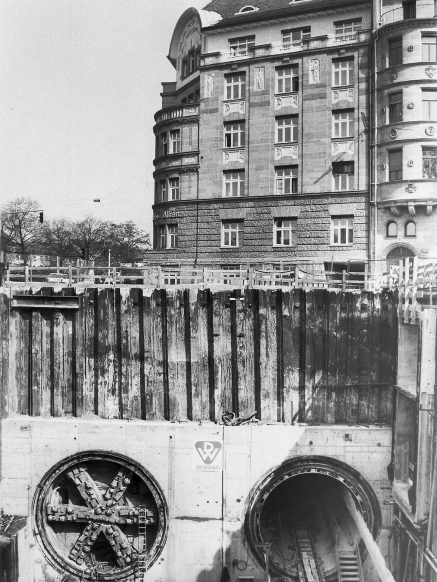 1989: Links ist noch das Schneidwerkzeug der Schildvortriebsmaschine an der U-Bahn-Baustelle Wöhrder Wiese, künftige U2, zu erkennen. Allein der Maschineneinsatz kostete 30 Millionen Mark. Die deutliche Verkehrsentlastung durch die U-Bahn (gerade auch durch ihren Weiterbau durch die Altstadt) ermöglichte schlussendlich die Verkehrsberuhigung der Nürnberger City und die Anlage einer der größten Fußgängerzonen in Deutschland.