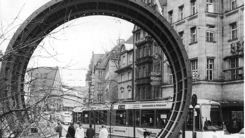 Mit diesem demonstrativ in der Königstraße aufgestellten Stück Tunnelröhre warb man in den 1970er-Jahren für das neue Verkehrsmittel U-Bahn, als die Untergrundbahn in Nürnberg gerade gebaut wurde. Mehr Bilder vom Start in diese neue Epoche der Mobilität finden Sie hier.
