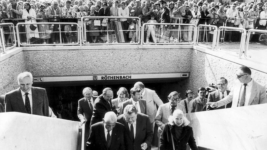 Bei der Eröffnung der U-Bahn Röthenbach im September 1986 waren wieder hochrangige Politiker zugegen (Vorne von links: Nürnbergs damaliger Oberbürgermeister Andreas Urschlechter, daneben der damalige bayerische Ministerpräsident Franz Josef Strauß, daneben Lilo Urschlechter. Hinter Strauß: Günter Beckstein).