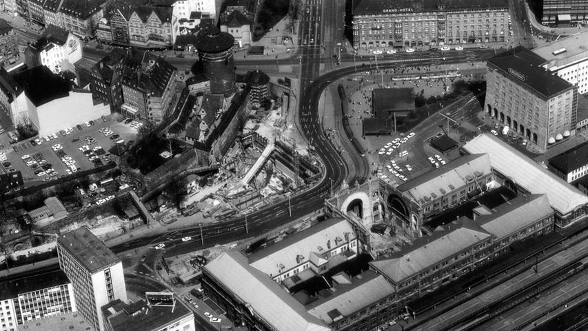 Vieles wurde erwogen und verworfen, die U-Bahn dagegen wühlte sich im Untergrund immer weiter. 1975 klaffte ein großes Loch im Nürnberger Hauptbahnhof: eine weitere U-Bahn-Baustelle.