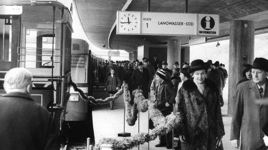 Die Fahrgäste probierten an diesem Tag die erste U-Bahnlinie U1 auf 3,7 Kilometern von Langwasser-Süd bis zur Bauernfeindstraße aus.