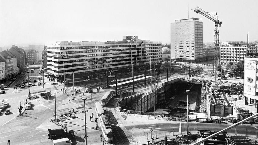 Die Baustelle am Plärrer in Nürnberg 1978. Der U-Bahnhof wurde mit Bahnsteigen auf zwei Etagen und damit als Umsteigebahnhof angelegt.