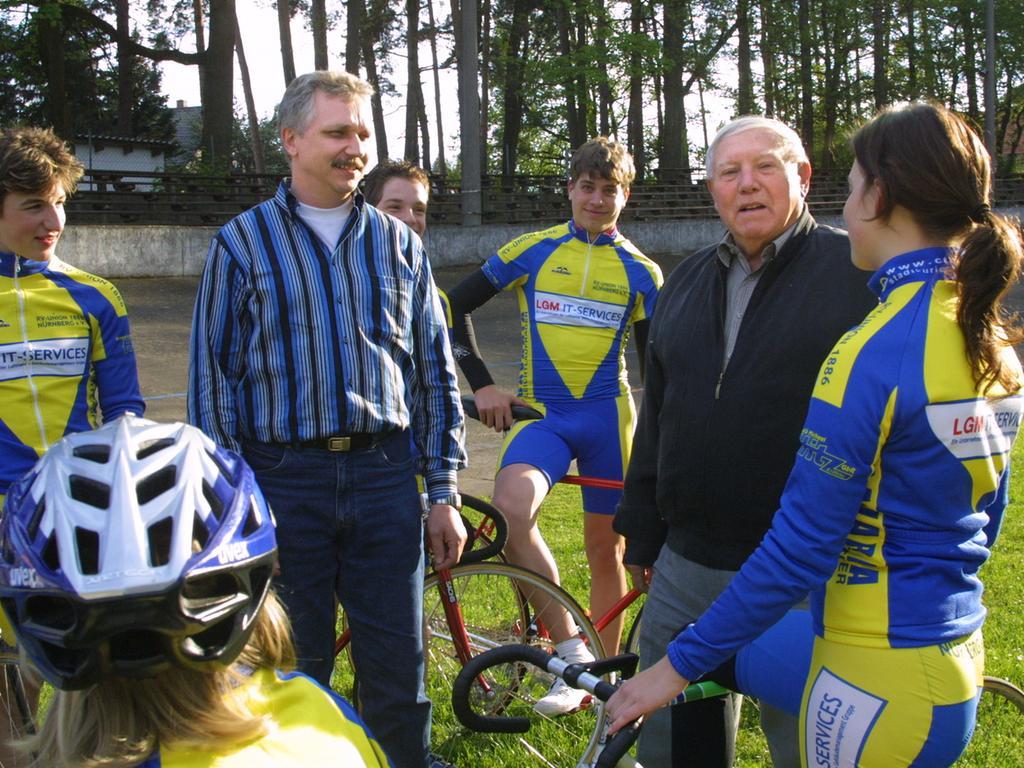 Ressort: Sport 07.05.05..Foto: Wilhelm Bauer..Motiv: Radrennbahn Reichelsdorfer  Keller: Neuer Chef Herr Zentara und sein Vorgänger Toni Auer (rechts)