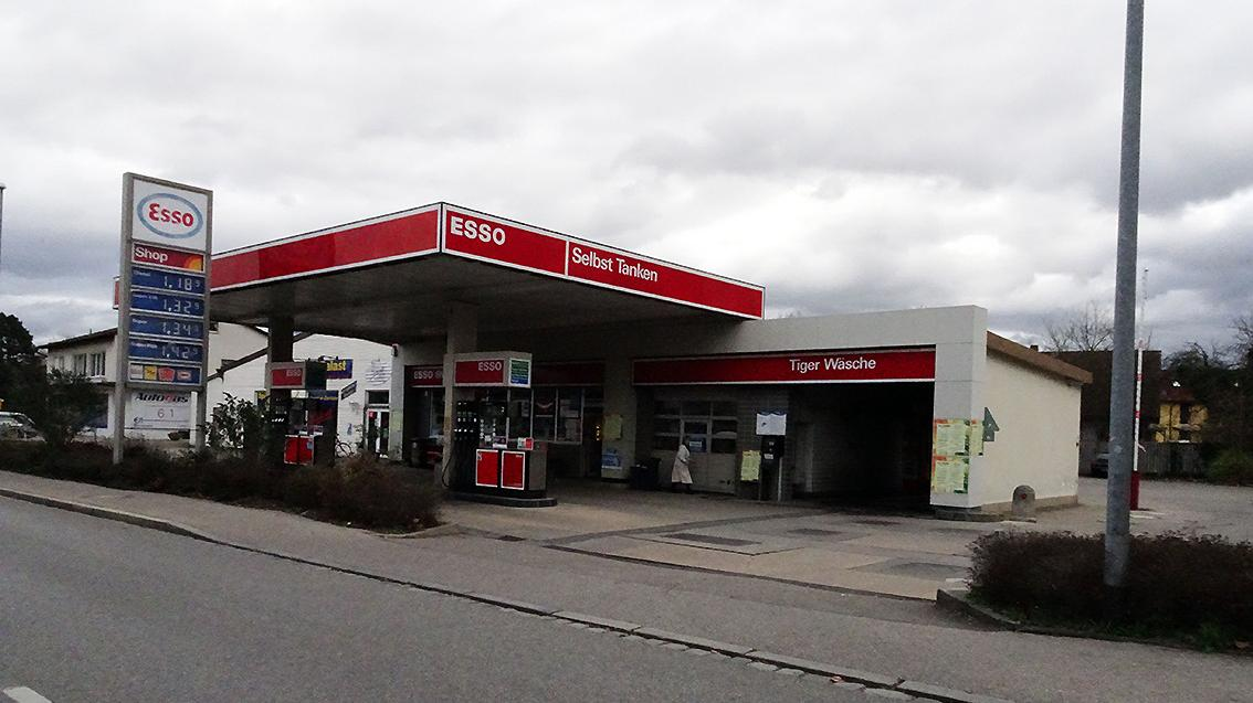 Ein bisher unbekannter Mann versuchte am Mittwoch die ESSO-Tankstelle in der Nürnberger Straße zu überfallen.