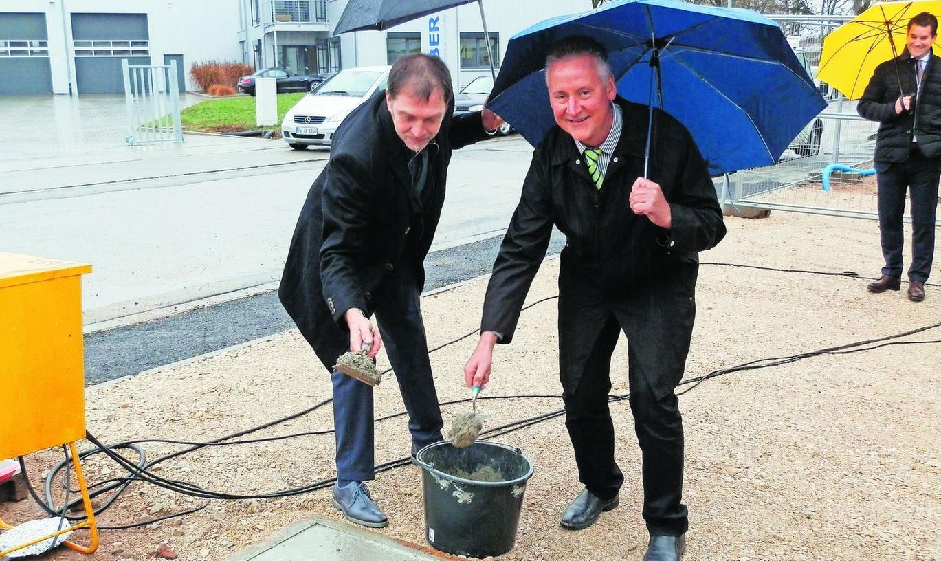 Swoboda-Betriebsleiter Werner Ulrich und Oberbürgermeister Thomas Jung (rechts) bauten eine Zeitkapsel im Beton ein. Die Grundsteinlegung ist gleichzeitig Auftakt für die zweite Bauphase.
