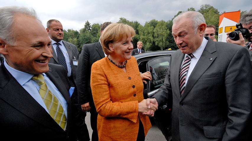 2008 war Angela Merkel zu Gast auf dem CSU-Parteitag im Nürnberger Messezentrum. Bayerischer Ministerpräsident war damals: Günther Beckstein.  Im Oktober des Jahres verständigen sich Bund und Länder angesichts der internationalen Finanz- und Wirtschaftskrise über letzte Einzelheiten eines Banken-Rettungspakets im Umfang von fast 500 Milliarden Euro.