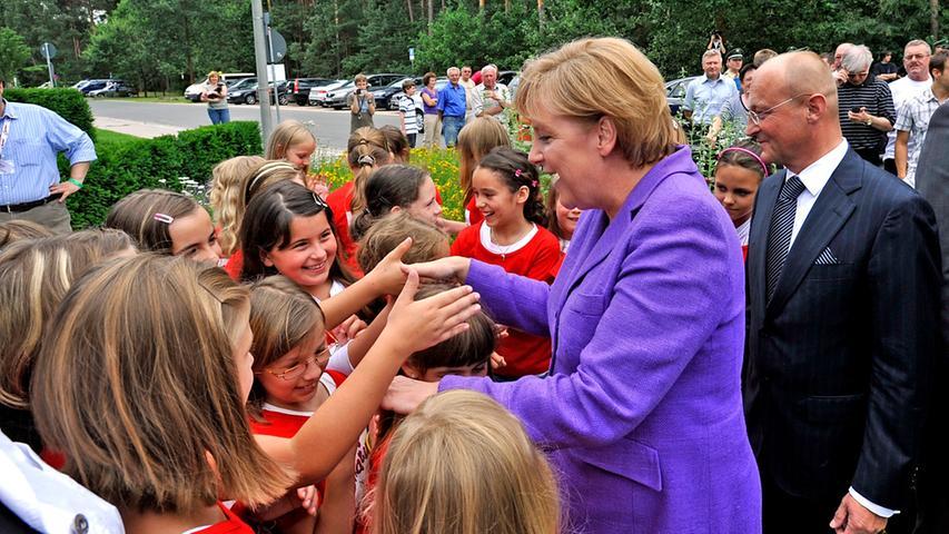 Vor der Bundestagswahl am 27. September 2009 besuchte Merkel die Firma Bionorica in Neumarkt und ging dabei auf Tuchfühlung mit ihren Fans.