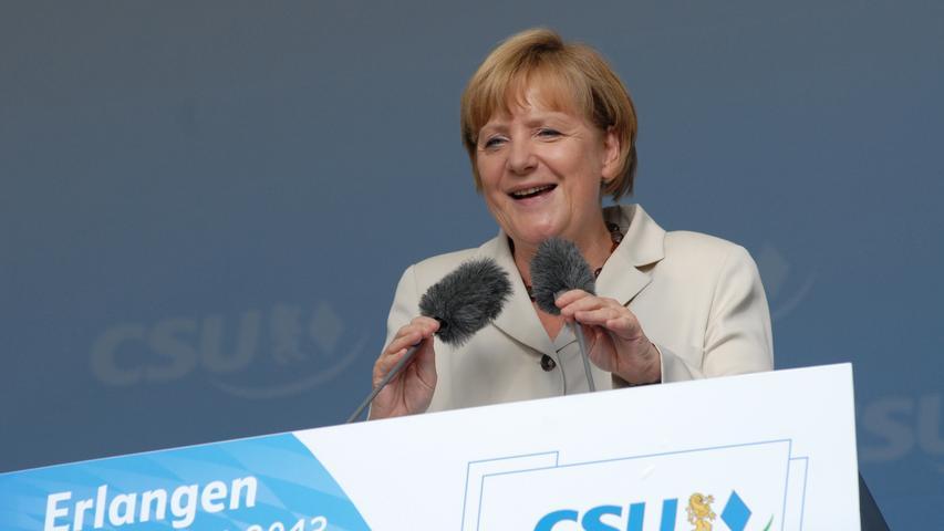 In der Kanzlerschaft von Angela Merkel (hier bei einem Besuch in Erlangen) fällt im Jahr 2013 der Entschluss, die Bundeswehr nach zehn Jahren aus der nordafghanischen Provinz Kundus abzuziehen. Im Dezember 2013 wird Angela Merkel zum dritten Mal zur Bundeskanzlerin gewählt. Die Union bildet mit der SPD erneut eine große Koalition.