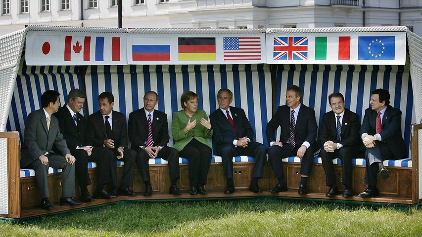 Im selben Jahr empfing sie in Heiligendamm die mächtigsten Politiker der Welt. Die Staats- und Regierungschefs der G8 und EU-Kommissionspräsident Jose Manuel Barroso trafen sich unter strikten Sicherheitsvorkehrungen.