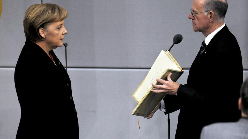Am 28. Oktober 2009 legte sie im Bundestag vor Bundestagspräsident Norbert Lammert (CDU) den Amtseid für ihre zweite Amtszeit ab. Die damals 55-Jährige erhielt 323 von insgesamt 612 abgegebenen Stimmen. Merkel stand an der Spitze einer schwarz-gelben Koalition aus Union und FDP.