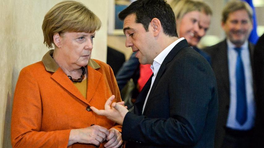 Angela Merkel mit Alexis Tsipras: Nach zähen Verhandlungen zwischen Griechenland und seinen Geldgebern billigt der Bundestag im August 2015 ein drittes Hilfspaket für das hoch verschuldete Land. Schon 2010 und 2012 hatte das Parlament Hilfspakete verabschiedet.