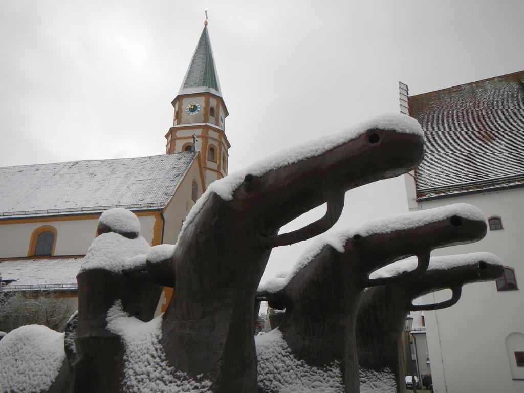Der erste Schnee in Neumarkt 2015 hier: Rostige Reiter auf dem Residenzplatz Foto: Hauke Höpcke
