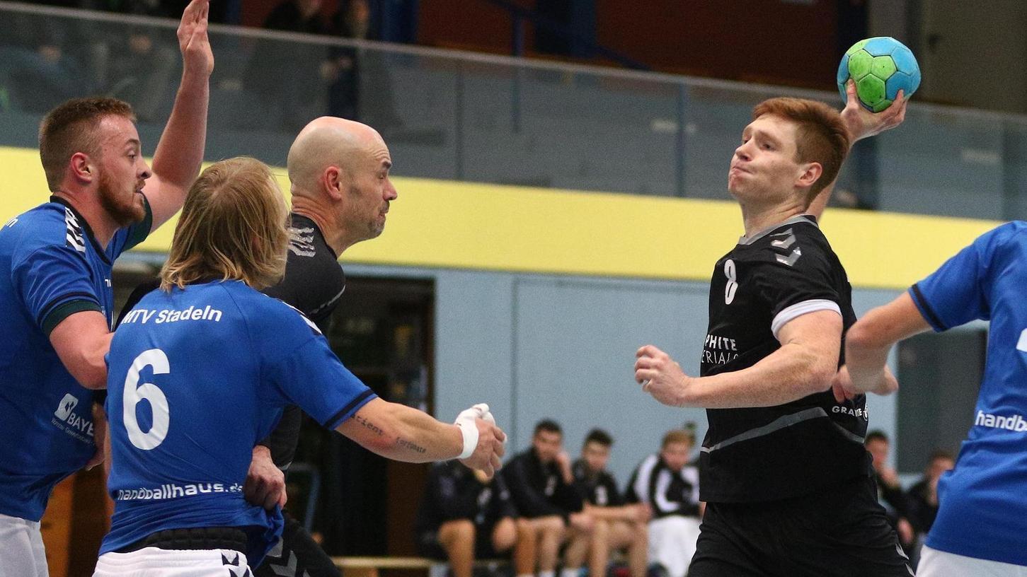 Der Zirndorfer Benedikt Maußner (am Ball) wagt gleich einen Distanzwurf, der Stadelner Justin Seeger (Nummer sechs, blau) kann ihn nicht daran hindern.