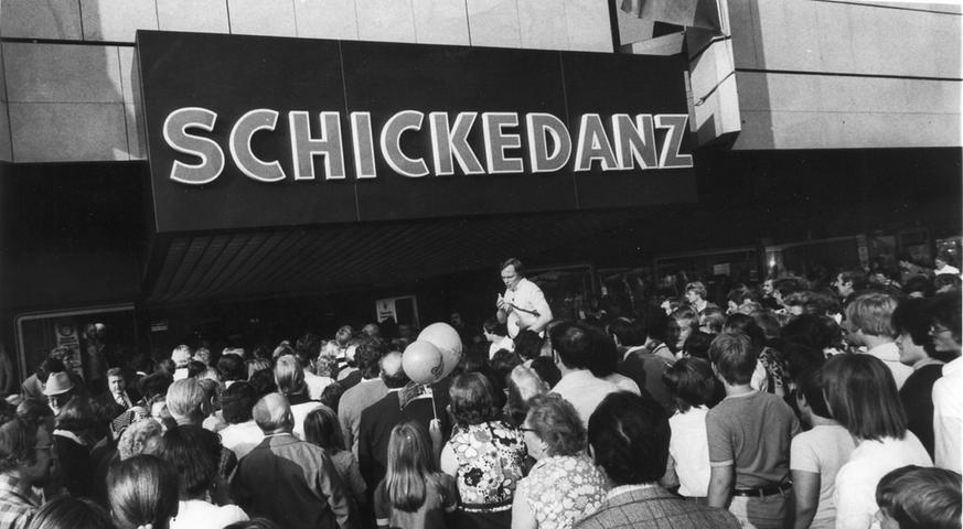 Einen Ansturm sah man in Fürth, als 1977 das Quelle-Kaufhaus an der Fürther Freiheit eröffnet - dort, wo sich früher der Laden von Gustav Schickedanz befand.