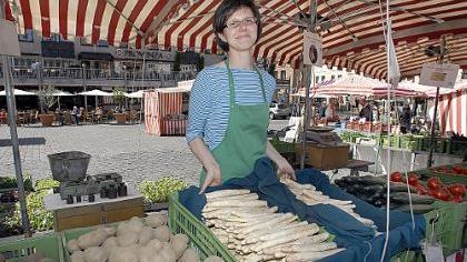 Christine Lettau verkauft am Stand der Engelhardts aus Buch Gemüse der Saison. Noch vor den Spezialitäten aus aller Welt ist die Ware aus dem Knoblauchsland nach wie vor das Hauptgeschäft auf dem Wochenmarkt.