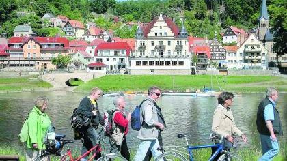 Radler-Fernwege entlang großer Flusstäler, hier an der Elbe in der Sächsischen Schweiz bei Wehlen, sind äußerst beliebt. Viele Sehenswürdigkeiten laden zur Unterbrechung des Sattelmarathons ein.