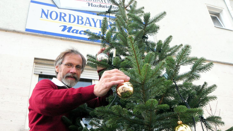 """Jeder, der eine Spende für die NN-Aktion """"Schmücken & Helfen"""" in die Geschäftsstelle in der Hauptstraße 20 bringt, kann eine Kugel signieren und am Christbaum vor der Redaktion aufhängen."""