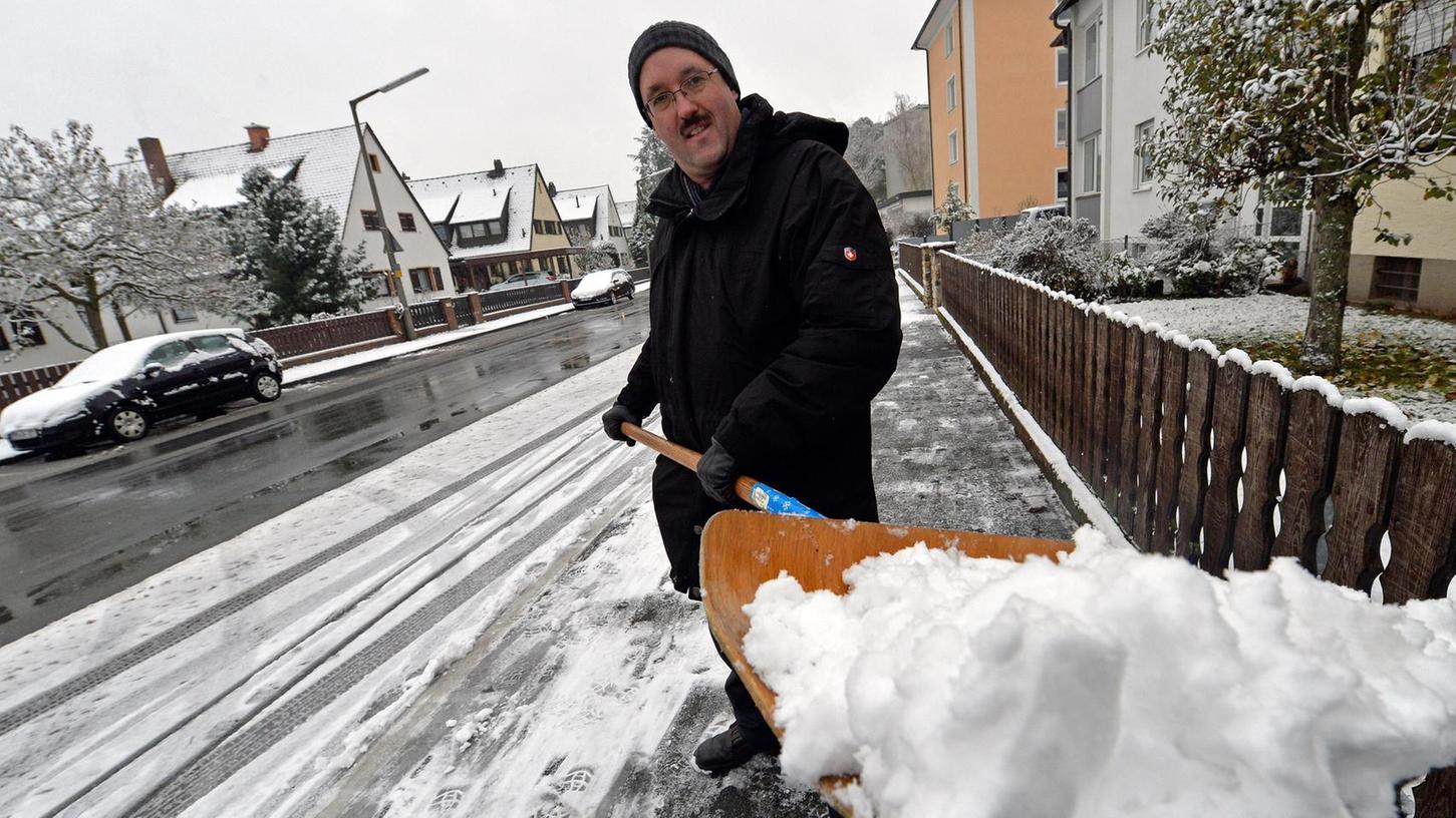 Unter anderem falsches Schneeschippen wird fortan teuer. Doch das ist nur eines von mehreren Vergehen, für das die Stadt Baiersdorf fortan Geld eintreiben möchte.