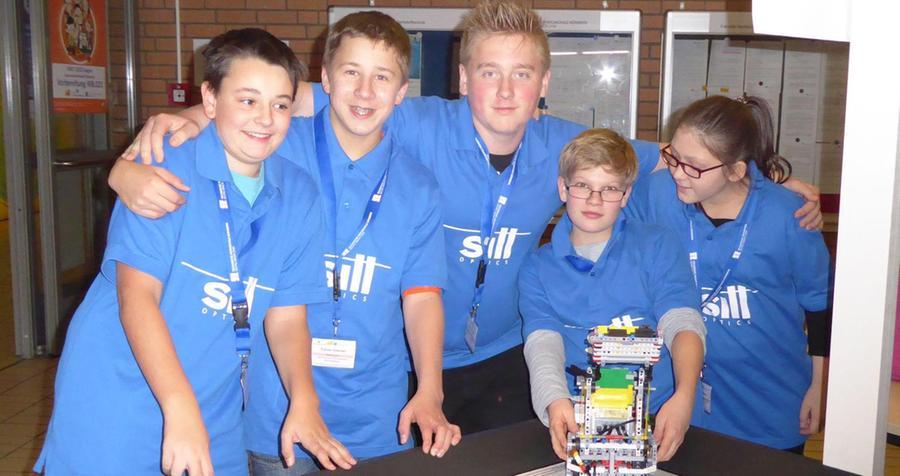 """Das Robotics-Team """"Robonator"""" (Bild) vom Gymnasium Wendelstein nahm zum dritten Mal am First-Lego-League-Wettbewerb (FLL) in Nürnberg teil und holte dort im November 2015 einen dritten und einen sechsten Platz. Getreu dem Wettbewerbsmotto """"Trash Trek"""" beschäftigten sich die jugendlichen Programmierer dabei mit verschiedenen Aspekten aus der Welt des Abfalls."""