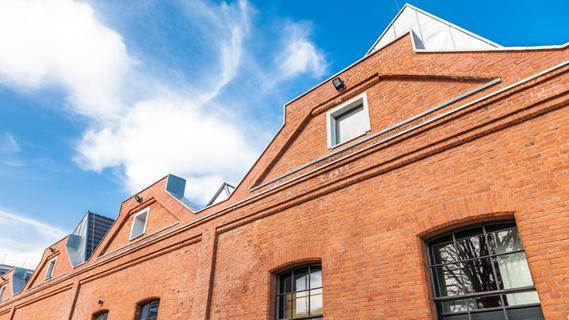 Die historischen Sheddachhallen dienen jetzt als moderne Townhouses.