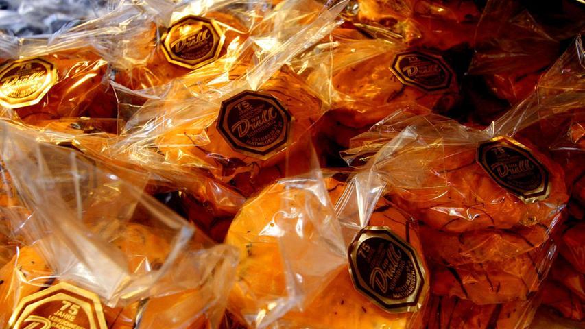 Schon lange kein Geheimtipp mehr sind die Elisen der Lebküchnerei Düll. Gebacken werden sie an der Mathildenstraße. Zu kaufen gibt es die Lebkuchen in mehreren Filialen im Stadtgebiet (fünf Stück à 90 Gramm für 10,20 Euro).
