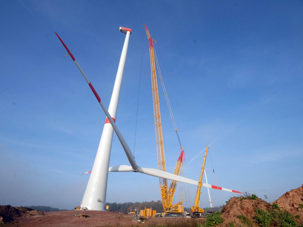 13. November 2015: Die Rotorenblätter am zweiten Windrad in Lonnerstadt wurden  hochgezogen. Für die beiden Windräder Richtung Birkach steht die Planung nun ebenfalls.