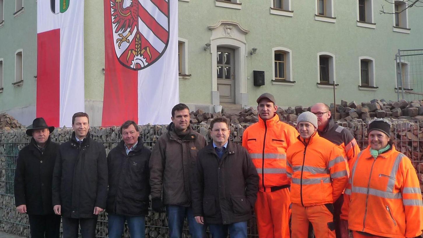 Bürgermeister Biegel (li.), Landrat Dießl (2. v. li.) und die Vertreter der Behörden und Straßenmeisterei sind mit dem Umbau zufrieden.