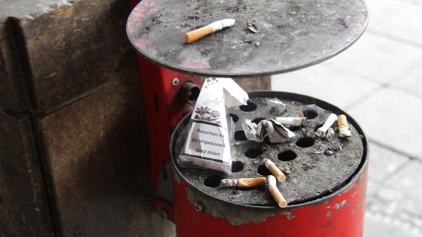 Gut angenommen wird auch dieser Zigaretten-Brutkasten. Wer weiß, wie viele Generationen von Zigaretten in ihm herangewachsen sind? Doch bei aller Vorsicht der Eltern kommt es immer wieder vor, dass einige ihrer Jungen den Brutkasten zu früh verlassen...