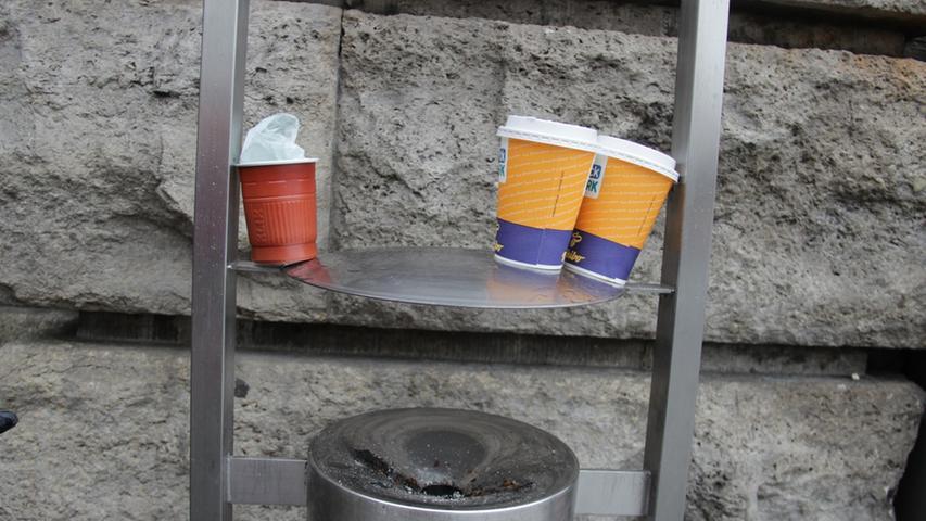 Hin und wieder kann man auch beobachten, wie fremde Spezies den Bahnhof besiedeln und damit zu seiner Artenvielfalt beitragen. Glücklich lässt dieses Pärchen Backwerk-Kaffeebecher seine Blicke über sein Revier schweifen - den roten Eindringling daneben aber dennoch immer im Blick.