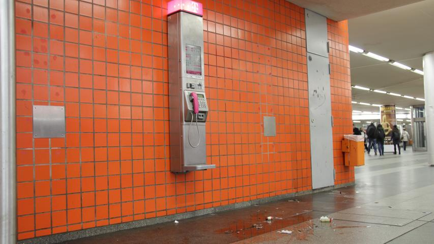 Auch die unter dem Bahnhof gelegene Königstorpassage ist ein Ort, an dem man - wie dieses Münztelefon - auch einfach mal ganz entspannt herumhängen kann. Und wenn man Glück hat, bekommt man dabei unterhaltsame Dinge zu sehen. Beispielsweise die deutlich angeheiterte Mandy-Chantalle, wie sie bei ihrem Junggesellinnenabschied am Samstag ihre Flasche Rosé-Prosecco fallen lässt.