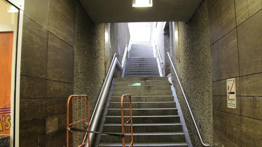 Neben der strahlenden Schönheit des Bahnhofs gehen die alltäglichen Dramen, die sich dort abspielen, fast unter. Wie das ergreifende Schicksal dieses Rollcontainers. Das Licht am Ende der Treppe kann er bereits sehen, doch näher kommen wird er ihm nie: Seine kleinen Rollen sind einfach nicht für die Stufen der Treppe gemacht. So steht er da und kann nicht weiter - und rauchen darf er auch nicht.