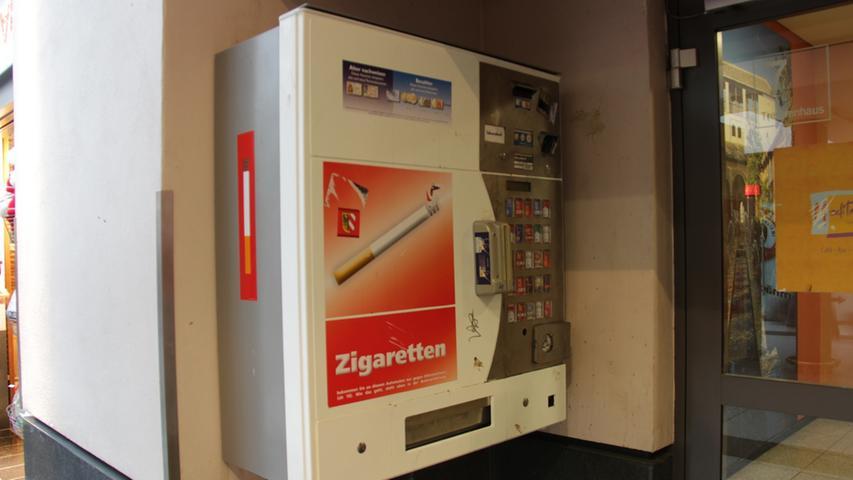 Nicht zu beneiden ist dieser Zigarettenautomat. Schüchtern versteckt er sich in einer dunklen Ecke, um den Angriffen militanter Nichtraucher zu entgehen.