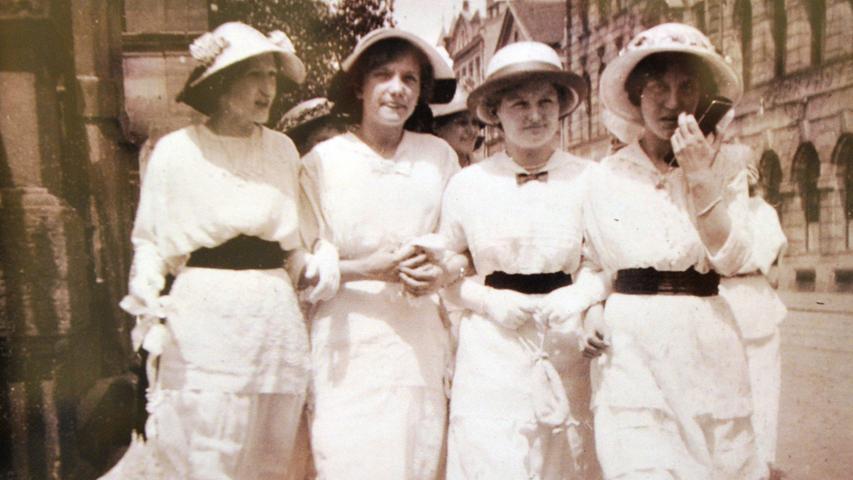 Vier promenierende Damen in der Nähe des Bahnhofs, festgehalten vom Fürther Fotografen Heinrich Lotter.