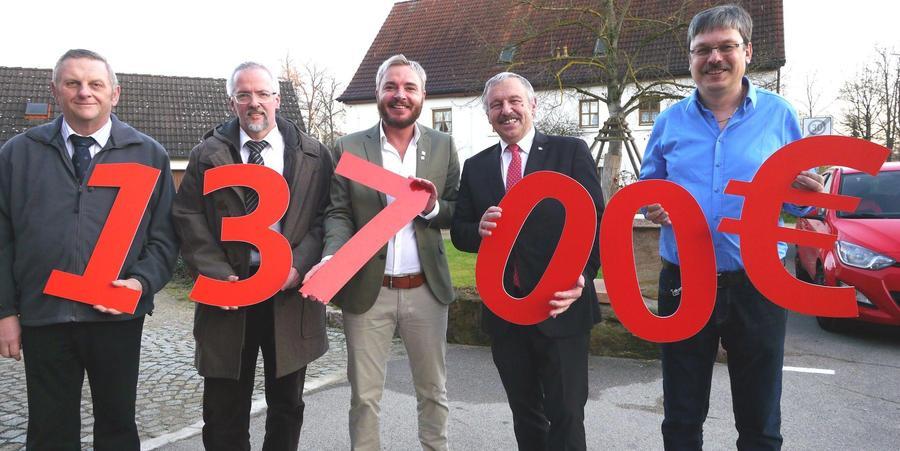 Marcel Schneider übergab 13.700 Euro an die Lebenshilfe