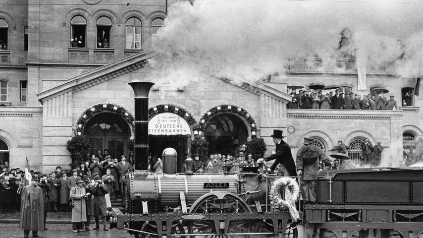 1960: Der Nachbau dreht zum Jubiläum eine Ehrenrunde auf dem Straßenbahngleis vor dem Fürther Hauptbahnhof.