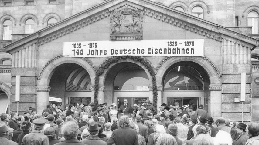 Auch 140 Jahre nach der ersten Fahrt wird gefeiert: Vor vielen Ehrengästen aus Fürth und Nürnberg spricht Fürths Oberbürgermeister Kurt Scherzer. Als Kulisse dient der Hauptbahnhof.