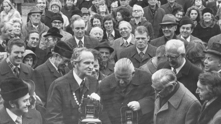 1975: Die Oberbürgermeister Kurt Scherzer (Fürth) und Andreas Urschlechter (Nürnberg) erhalten Schlusslicht-Laternen als Präsent.