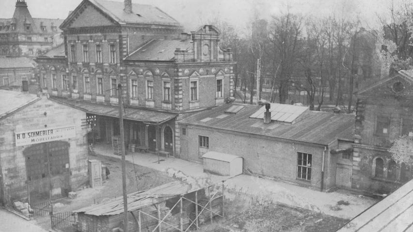 Blick auf die Rückseite des Bahnhofs, dahinter die heutige Adenaueranlage.