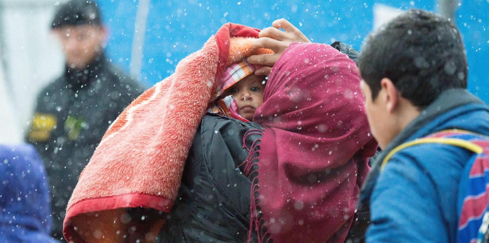 Ausreise im Winter: Viele sorgen sich um Flüchtlinge, die während der kalten Jahreszeit abgeschoben werden sollen. Archivf.: Weigel/dpa