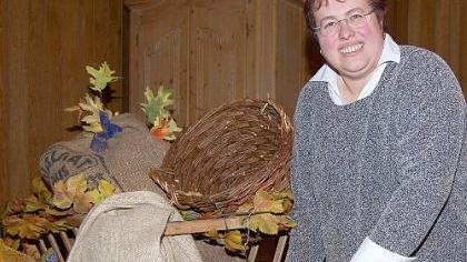 Irmi Schmidt, Wirtin des Schwarzen Bocks, dekoriert den Unterschlauersbacher Wirtshaussaal für das große Fest.