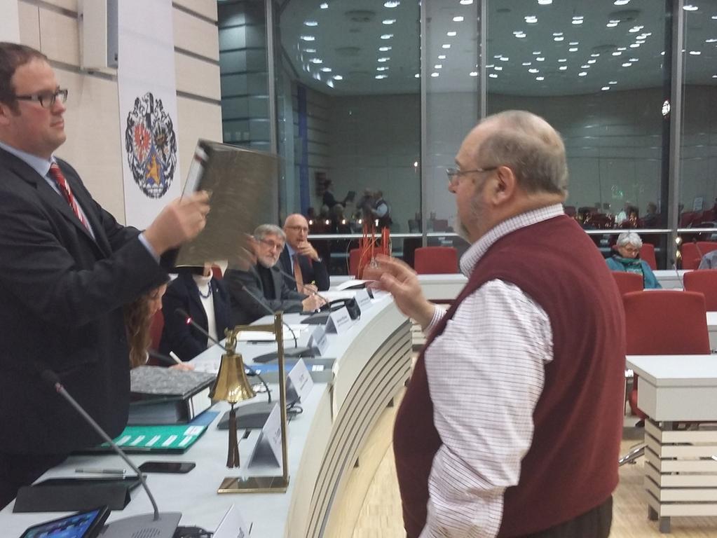 Wilhelm Krieger (rechts) übergibt an OB Janik nach eigenen Angaben über 4300  Unterschriften für ein Bürgerbegehren gegen die StUB. Foto: Egbert M. Reinhold