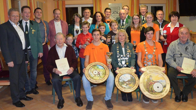 Die neuen Könige, Vereinsmeister und Pokalgewinner und weitere Geehrte beim Schützenverein Horlach. Im Vereinsheim wurde Weihnachten gefeiert.
