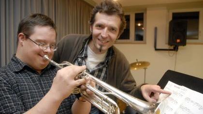 Freundliches Beharrungsvermögen: Leonhard Meisinger, Lehrer an der Hemhofener Musikschule, sieht in Tobias Schüpferling in erster Linie den Musiker und nicht den Behinderten.