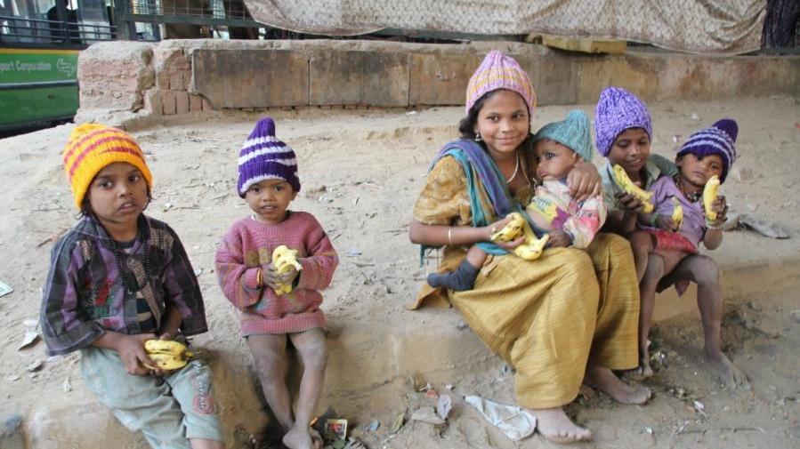 Dank zahlreicher strickender Helfer konnte der eherenamtlich tätige Bamberger Verein mehrere tausend wärmende Geschenke in Indien verteilen.